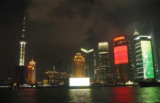 Barcos con pantallas gigantes de publicidad por el río Huangpu