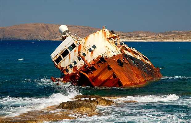 Barco naufragado em Milos